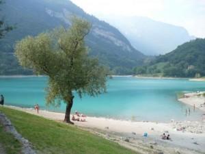 Eine faszinierende kleinen See, nicht weit von Riva del Garda, Lago Tenno ein wunderbares Ziel für einen ruhigen Urlaub