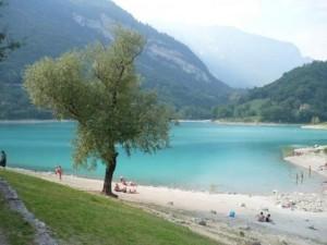 Lago di Tenno in Trentino nelle Dolomiti è uno specchio d'acqua piccolo e discreto vicinissimo a Riva del Garda.